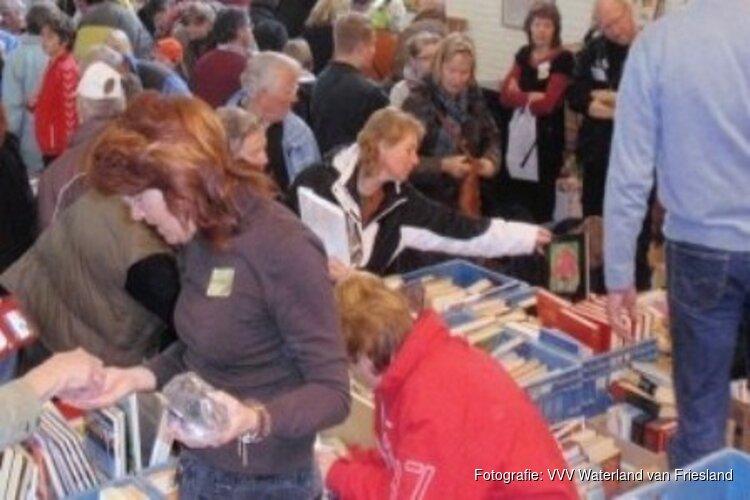 Rommelmarkt met boeken en brocante