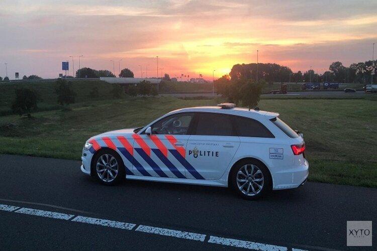Bestelbus met gestolen aanhanger op de A6 van de weg gehaald